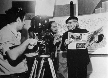 Almada (à direita), no seu atelier, com Ernesto de Sousa, filmados por Manuel Costa e Silva em abril de 1969 © Museu de Serralves