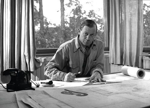 Alvar Aalto in his studio, 1945. © Alvar Aalto Foundation.