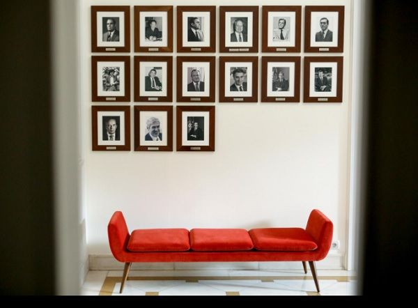 Canapé da reitoria da Universidade de Lisboa, desenhado por Daciano da Costa, sob retratos de antigos primeiros-ministros_Nuno Ferreira Santos