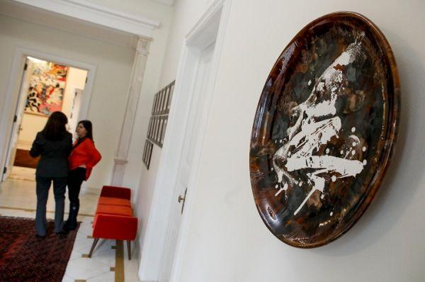 Peça de Vhils (Alexandre Farto) para a Bordallo Pinheiro no átrio da residência oficial_Nuno Ferreira Santos