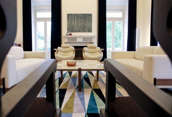 Duas cadeiras desenhadas por Maria Keil para uma Pousada de Portugal sobre um tapete inspirado nos azulejos da artista na Avenida Infante Santo, em Lisboa, e, ao fundo, poltronas de Marco Sousa Santos_Nuno Ferreira Santos