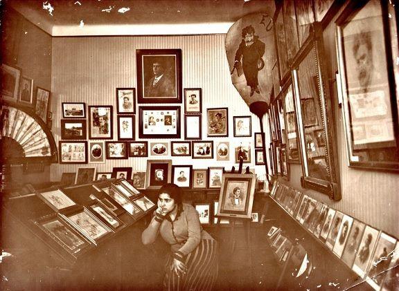 Fotografia de Julieta Ferrão numa das salas de exposição do Museu Bordalo Pinheiro nos anos 20 do século passado.
