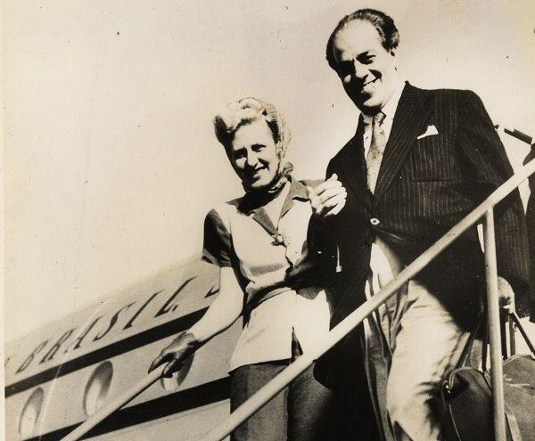 Casal Villa-Lobos a desembarcar no aeroporto de Lisboa,1947. Foto MVL 1983.16.092.